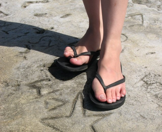 Person_wearing_black_flip_flops